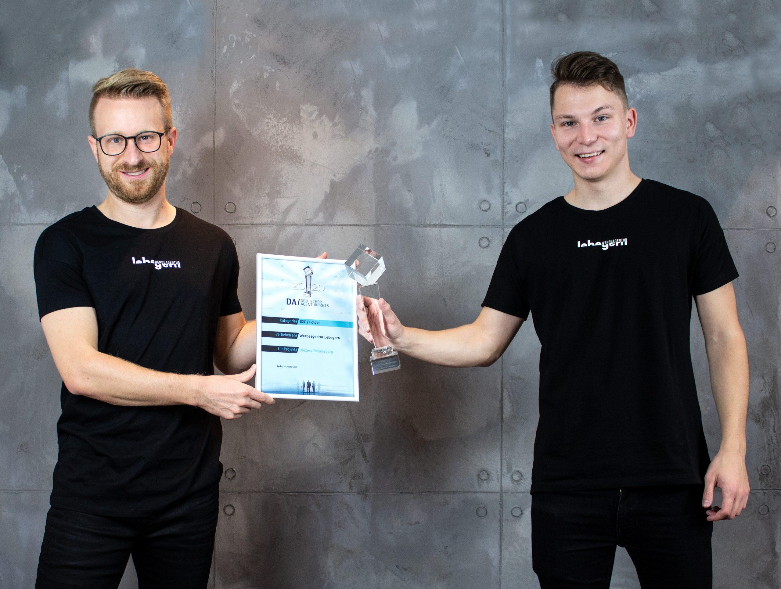"""Thomas Lebegern (r.) und Sebastian Gmeiner (l.) von der Windischeschenbacher """"Werbeagentur Lebegern"""" sind letzte Woche wiederum mit dem """"Deutschen Agenturpreis 2020"""" ausgezeichnet worden. Dieses Mal in der Kategorie """"B2C/Flyer""""."""
