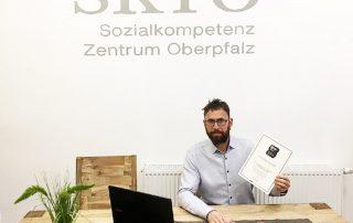 """Toni Kellermann, Geschäftsführer des Sozialkompetenz Zentrums Oberpfalz (SKTO) in Neudorf bei Luhe, ist stolz auf die Auszeichnung des Wirtschafts- und Karriere-Magazins """"Focus Business"""" und des Arbeitgeber-Bewertungsprotals """"kununu.com""""."""