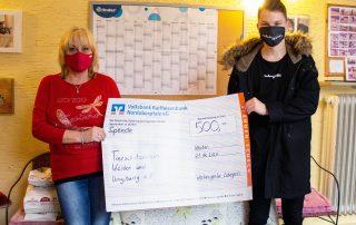 Spenden statt Schenken – Thomas Lebegern, Chef der Windischeschenbacher Werbeagentur Lebegern (r.), hatte für den Tierschutzverein Weiden und Umgebung mit Tierheimleiterin Jutta Böhm (l.) als vorgezogenes Weihnachtsgeschenk einen Scheck in Höhe von 500 Euro im Gepäck.