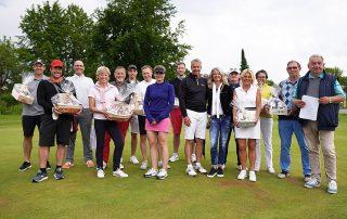 GLC-Spielführer Reinhold Scharl (r.) und die Organisatoren Anne und Christian Müller (6. und 7. v. r.) gratulierten den Teilnehmern und den Gewinnern der DVAG-Trophy, die am Samstag erneut Station beim GLC Schmidmühlen machte.
