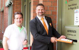 Bundestagsdirektkandidat Tobias Groß (r.) und Listenkandidat Markus Emmerich (l.) warfen die FW-Wahlunterlagen in den Postkasten im Weidener Rathaus.