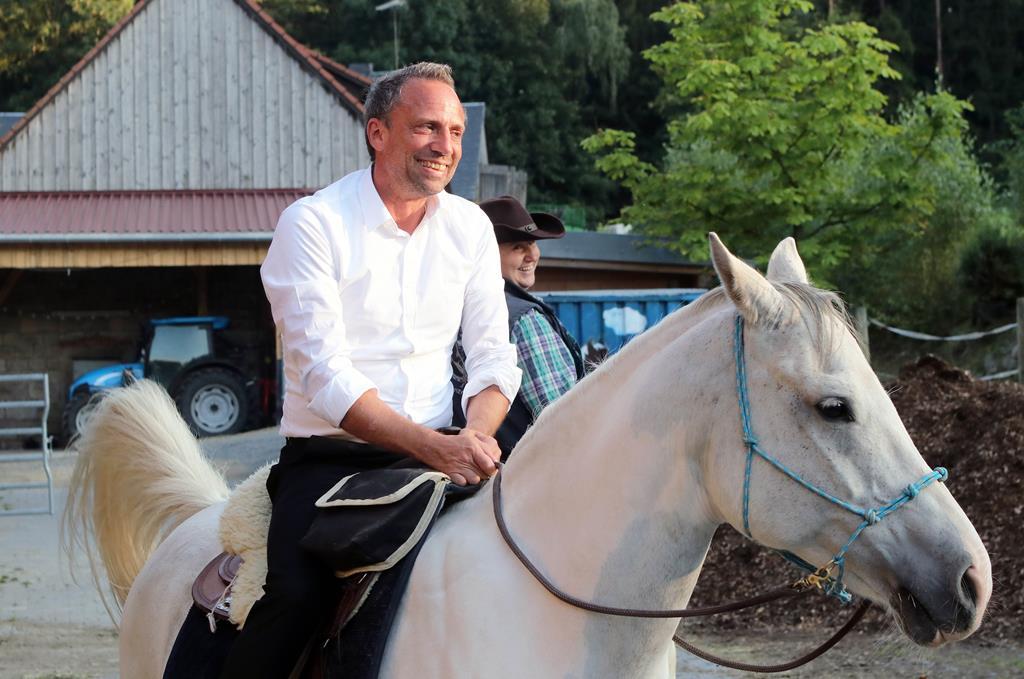 Sportliche Premiere im Steinwald: Erstmals in seinem Leben saß der bayerische Umweltminister Thorsten Glauber auf einem Pferd.