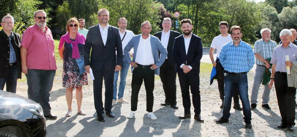 Willkommen in Neustadt/WN (v. l. n. r.): Umweltminister Thorsten Glauber (Mitte) wurde in der Kreisstadt von Willi Weiß aus Etzenricht (FW-Landesarbeitskreis Energie und Umwelt), Gerhard Steiner (Kreis- und Stadtrat), Gabriela Bäumler (Vorsitzende des FW-Kreisverbandes Neustadt/WN), Tobias Gross (Bundestagsdirektkandidat), Hans Martin Grötsch (stellv. Landesvorsitzender), Bernhard Schmidt (FW-Kreisrat Tirschenreuth), Sebastian Dippold (Bürgermeister Stadt Neustadt/WN), Armin Aichinger (CSU-Stadtrat Neustadt/WN), Markus Emmerich (Bundestagslistenkandidat) und Karl Meier (stellv. Vorsitzender des FW-Kreisverbandes Neustadt/WN und Kreisrat) empfangen.