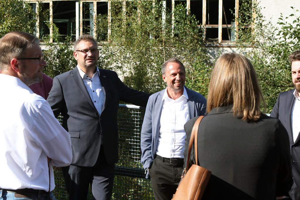 Der bayerische Umweltminister Thorsten Glauber vor dem Tritschler-Gelände im Gespräch mit den Anwesenden.