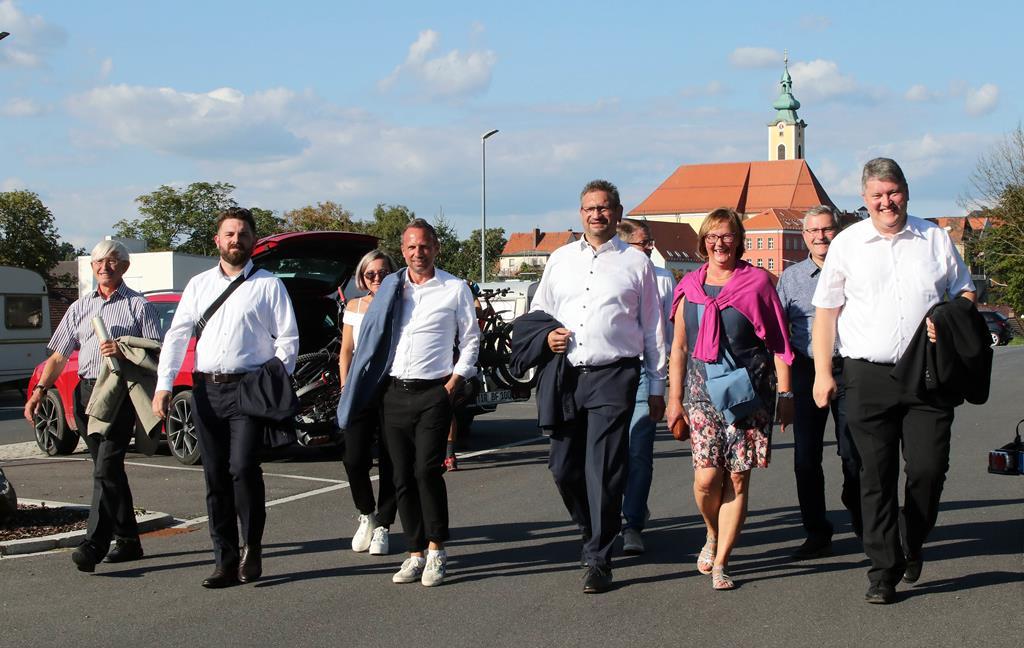 Zügig auf dem Weg: Die Delegation um den Staatsminister besuchte in Neustadt/WN auch den Bahnhof.