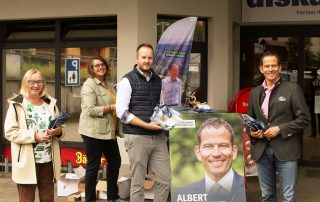 CSU-Bundestagsabgeordneter Albert Rupprecht (r.) informierte am Freitagmittag zusammen mit den Gemeinderäten Rita Rosner (l.) und Sebastian Kitta (2.v. r.) sowie mit Carmen Pepiuk (2. v. l.), der Leiterin der CSU-Bundeswahlkreisgeschäftsstelle in Weiden, die interessierten Flosserinnen und Flosser. Bild: lst