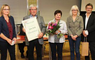 Der ehemalige Aufsichtsvorsitzende Johann Bock (2. v. l.; r. daneben seine Ehefrau Elisabeth) wurde von den Aufsichtsräten Daisy Brenner (2. v. r.), Dieter Wettinger (r.) und seiner Nachfolgerin Birgit Reil (l.) mit der Ehrenmitgliedschaft ausgezeichnet. Bild: lst
