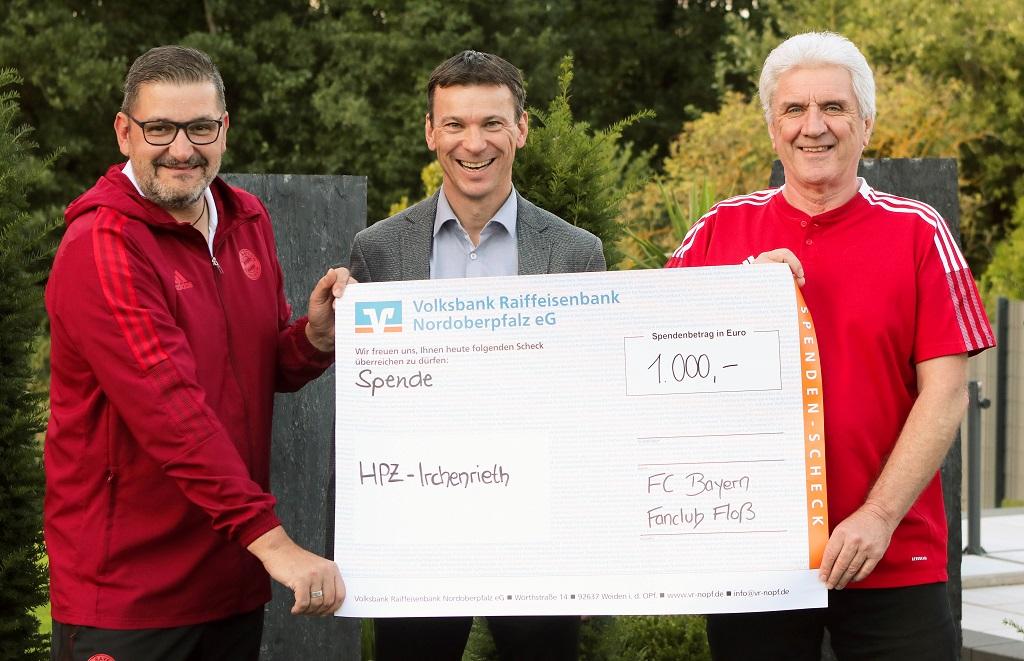 Bayern-Fanclub-Präsident Gerhard Stadler (r.) und Kassier Christian Haberkorn (l.) überreichten HPZ-Vorstandsvorsitzenden Christian Stadler (Mitte) die Spende in Höhe von 1.000 Euro.