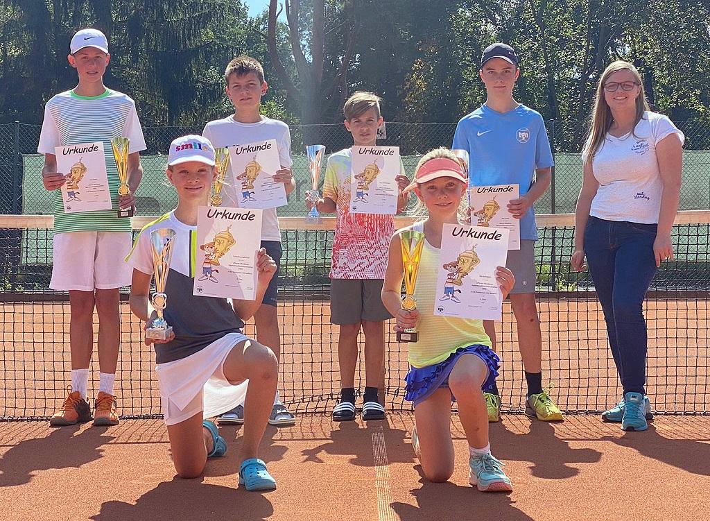 Spiel, Satz und Sieg: Die Jugendlichen, hier die U14 mit Organisatorin Lena Alt (r.), boten bei der offenen Tennis-Stadtmeisterschaft spannende Partien und bekamen als verdienten Lohn Pokale und Urkunden.