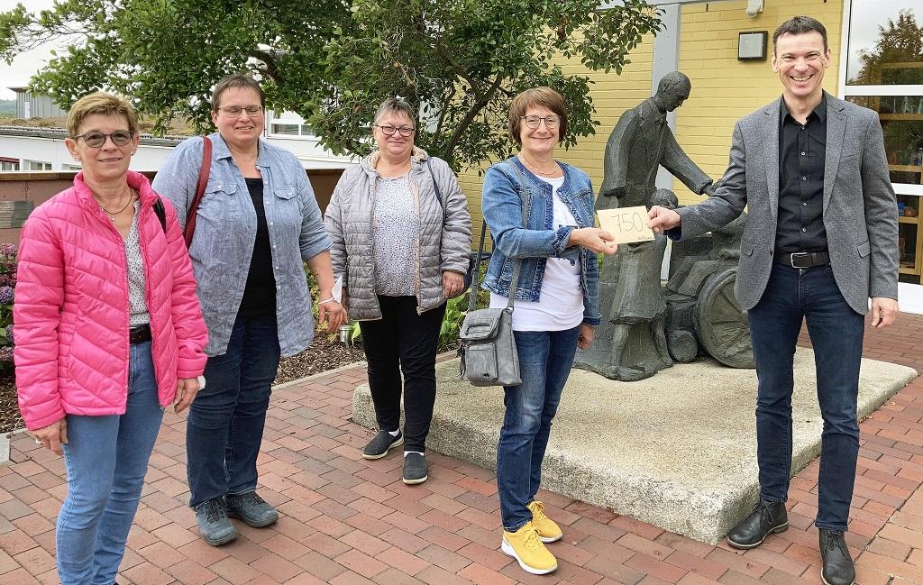 HPZ-Vorstandsvorsitzender Christian Stadler (r.) freute sich mit den Vertreterinnen des Katholischen Frauenbundes Waldthurn über eine Spende in Höhe von 750 Euro.
