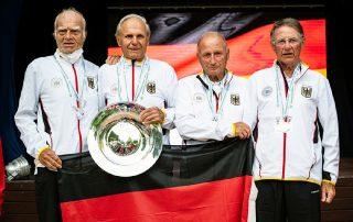 Freude bei Gerhard Specht (2. v. r.): Der Tennis-Senior der TG Neunkirchen sicherte sich bei der Weltmeisterschaft auf Mallorca zusammen mit dem deutschen Team die Goldmedaille und stand noch zweimal auf dem Treppchen. Foto: Daniel Kopatsch